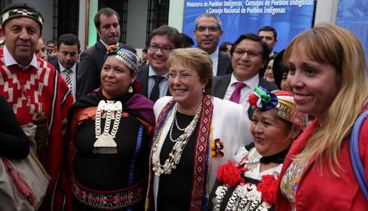 Con la firma de los proyectos que crean el Ministerio y Consejo de Pueblos Indígenas se da cumplimiento a medida presidencial