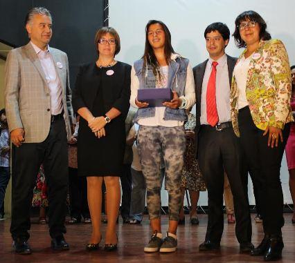 Destacada surfista pichilemina fue homenajeada en celebración regional del Día de la Mujer