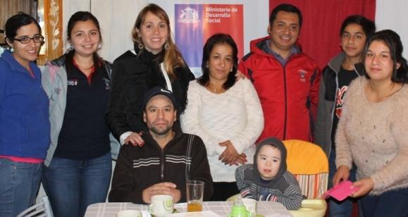 Seremi de Desarrollo Social felicita a familia Marchant Díaz de Malloa por Bono de Formación Laboral