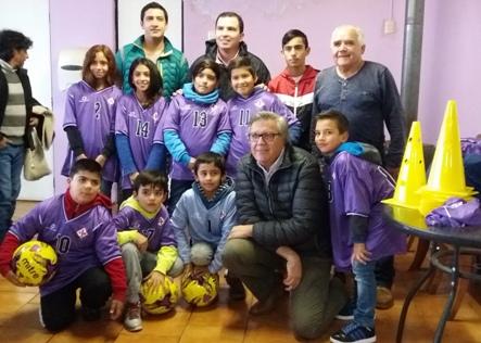 Alcalde Eduardo Soto entregó implementos al Club Deportivo Fiorentina