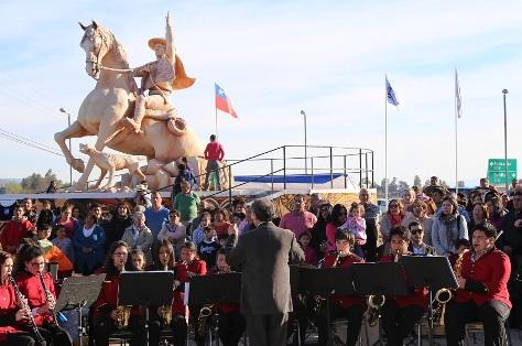 Intendente y alcalde inauguran monumento de ingreso a la comuna de Doñihue