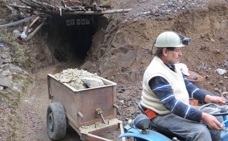 saliendo de la mina con el tractor