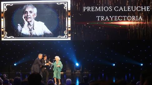 Ministro de Cultura entregó reconocimiento a la trayectoria a la actriz Carmen Barros