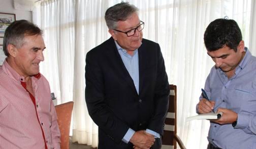 """Alcalde de Rancagua recibió de regalo el primer ejemplar del libro """"Celeste como el Cielo"""""""