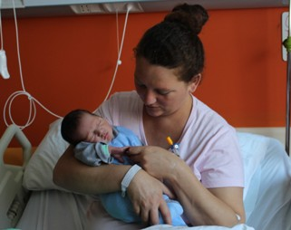 Fuegos artificiales incentivaron a la primera guagua nacida en el Hospital RLBO a llegar al mundo