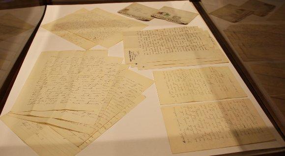 Cartas y poemas inéditos de Óscar Castro son exhibidas por primera vez al público