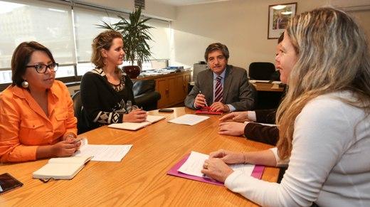 Estudiarán la incorporación de temporeras en programa de capacitación de INDAP y Prodemu