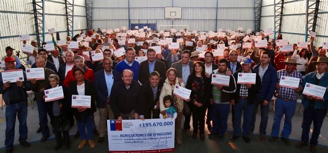 Intendente Masferrer entregó bonos de fortalecimiento a más 1.000 pequeños agricultores de Colchagua y Cardenal Caro
