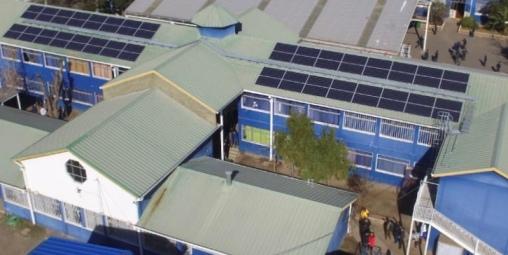 Inauguran techo solar en colegio municipal y autoridades entregan kits de eficiencia energética