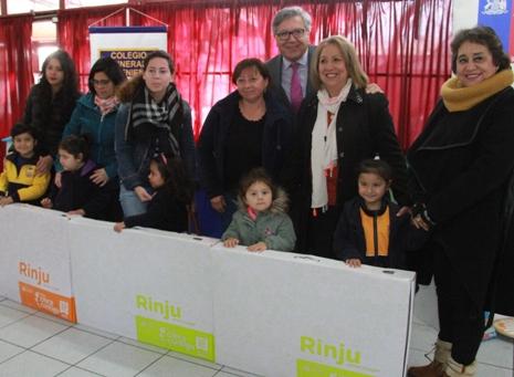 Alcalde Eduardo Soto asiste a entrega de rincones de juegos para niños de Pre-kinder