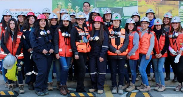 Alumnas felices de conocer la minería in situ  de la mano de sus futuras colegas