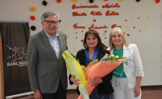 Profesora Teresa Miranda recibió premio por su contribución a la educación