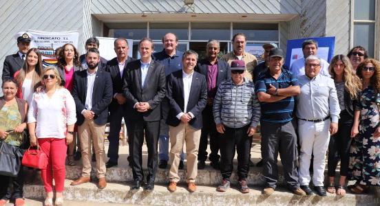 """Gobierno apoya a pescadores de Pichilemu y entrega concesión de la """"Casa del Pescador"""" por 25 años"""