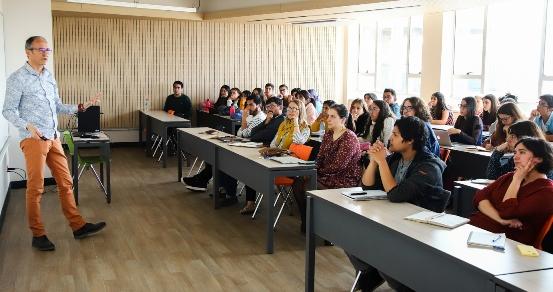"""Académico francés expuso estudio, """"Efecto de los profesores y desempeño de los estudiantes"""""""