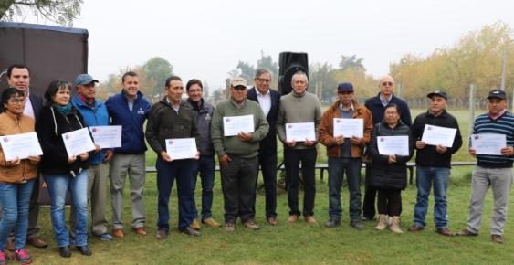 Intendente Masferrer entrega  bonos de apoyo a pequeños agricultores de Rancagua