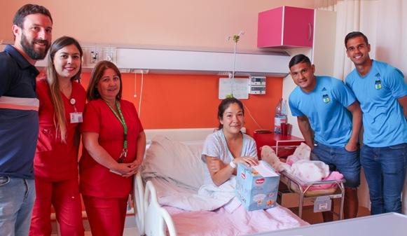 Jugadores de O'Higgins visitaron a bebés recién nacidos en el Hospital Regional LBO