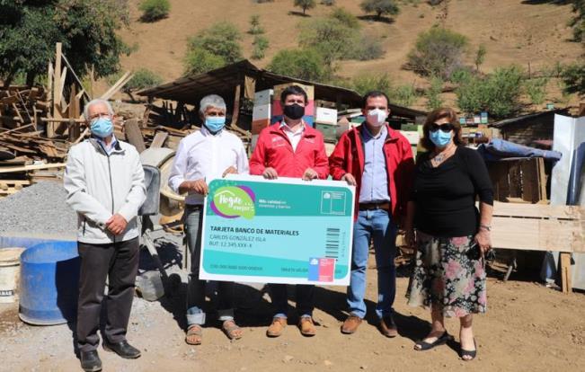 Gobierno entrega gif cards para la compra de materiales a familias de Malloa afectadas por aluviones
