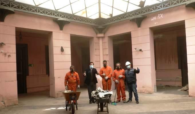 Comenzó la limpieza de edificio histórico de la Gobernación de Colchagua